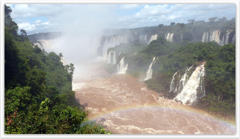 Pour les chutes ,pas grand-chose à dire… ;il suffit de s'émerveiller devant ces énormes  cataractes frontalières que se partagent le Brésil et L'Argentine.