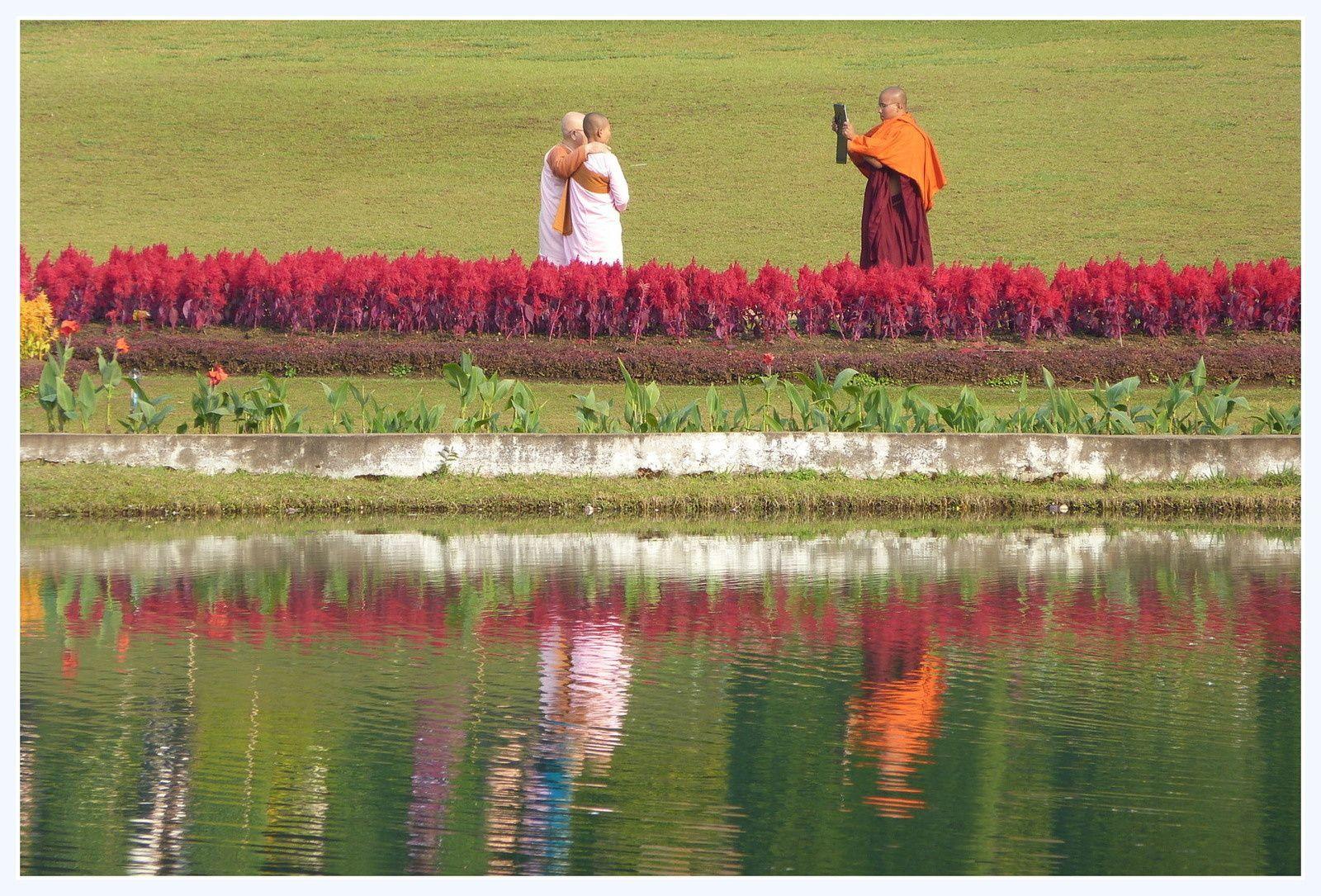 La fraîcheur de cette station de montagne attire les Birmans qui découvrent les plaisirs de la photo...;même quand on est moine!