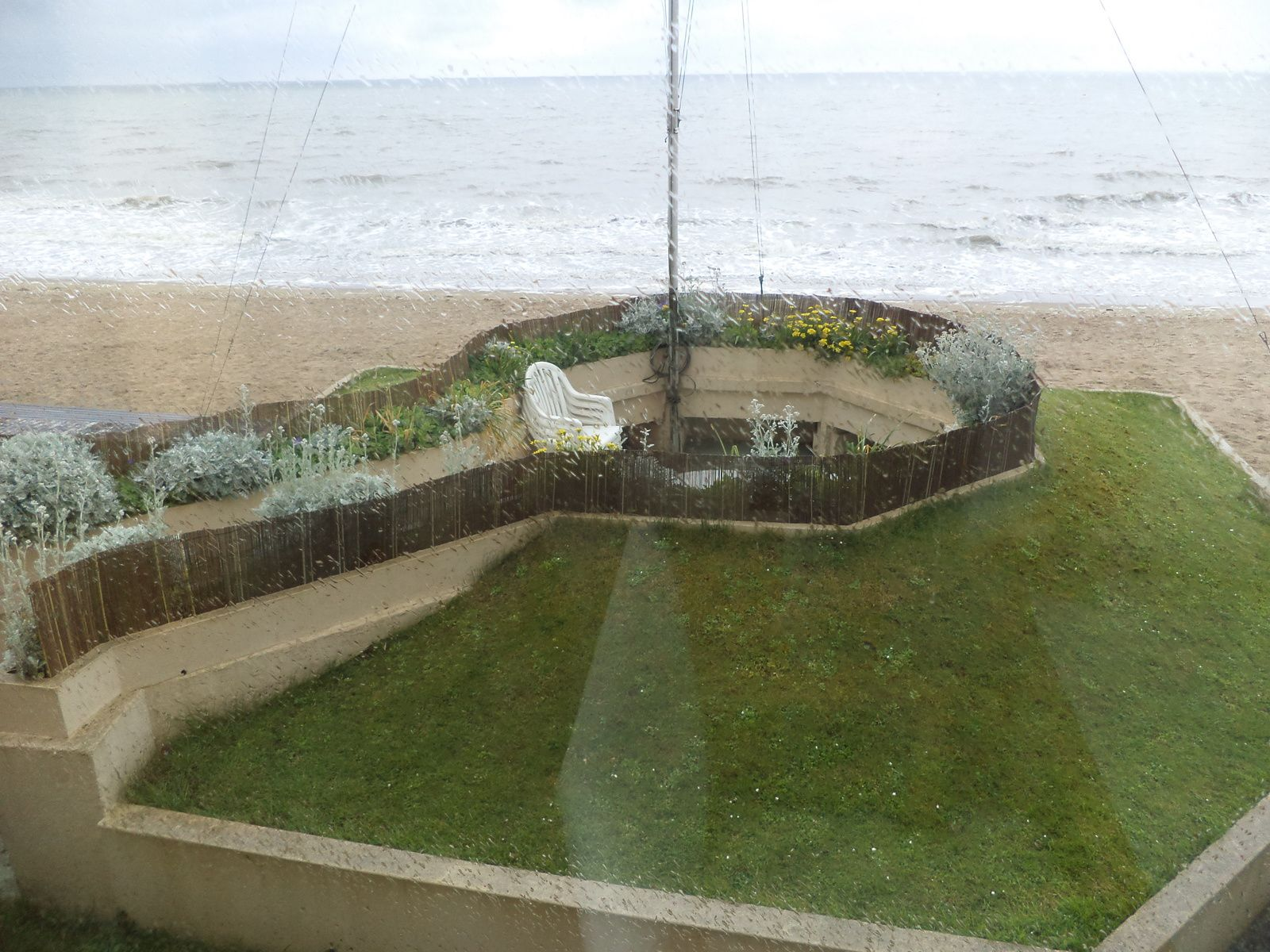 devant la propriété ,en bordure de la plage un encuvement pour canon sert maintenant de terrasse..