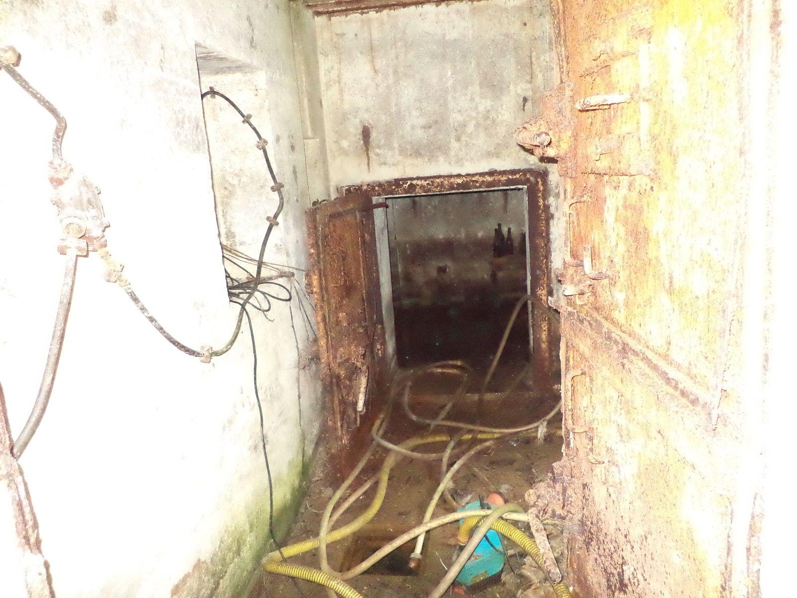 l entrée de la 2 eme salle..la porte blindée est toujours en place.