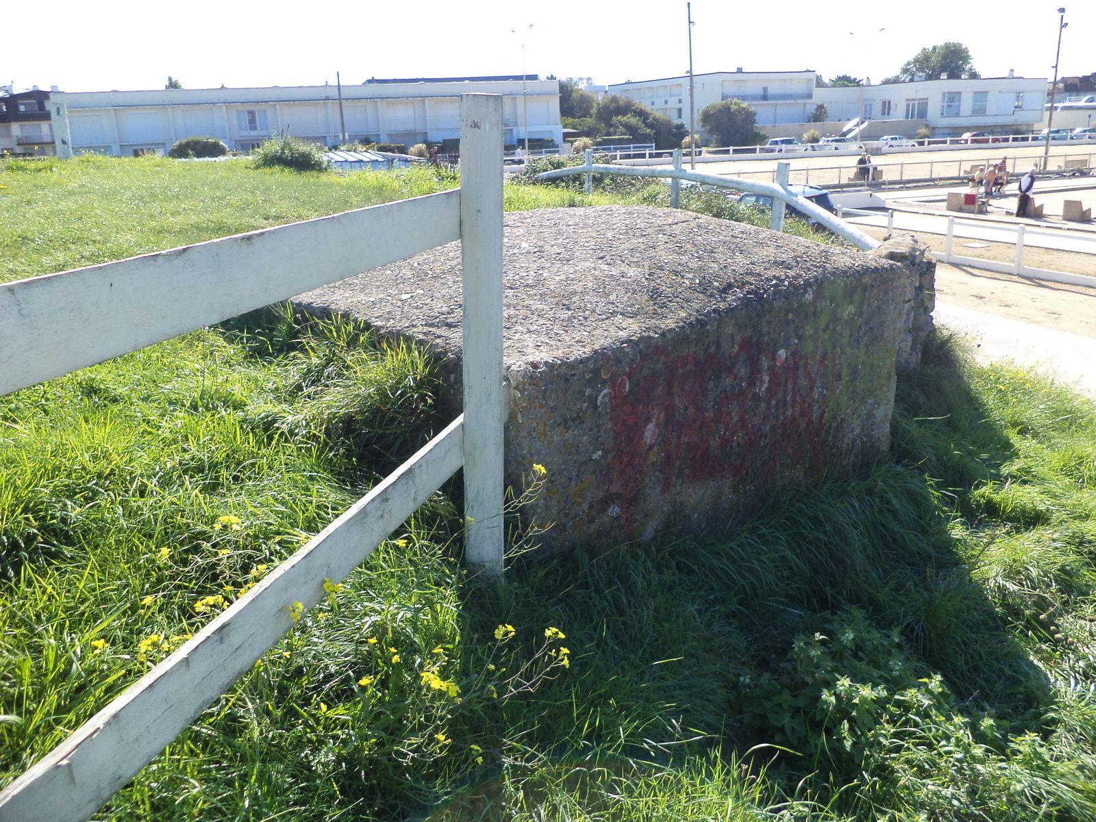 sur la plage a coté du centre hippique ce tobrouk surmonte un bunker