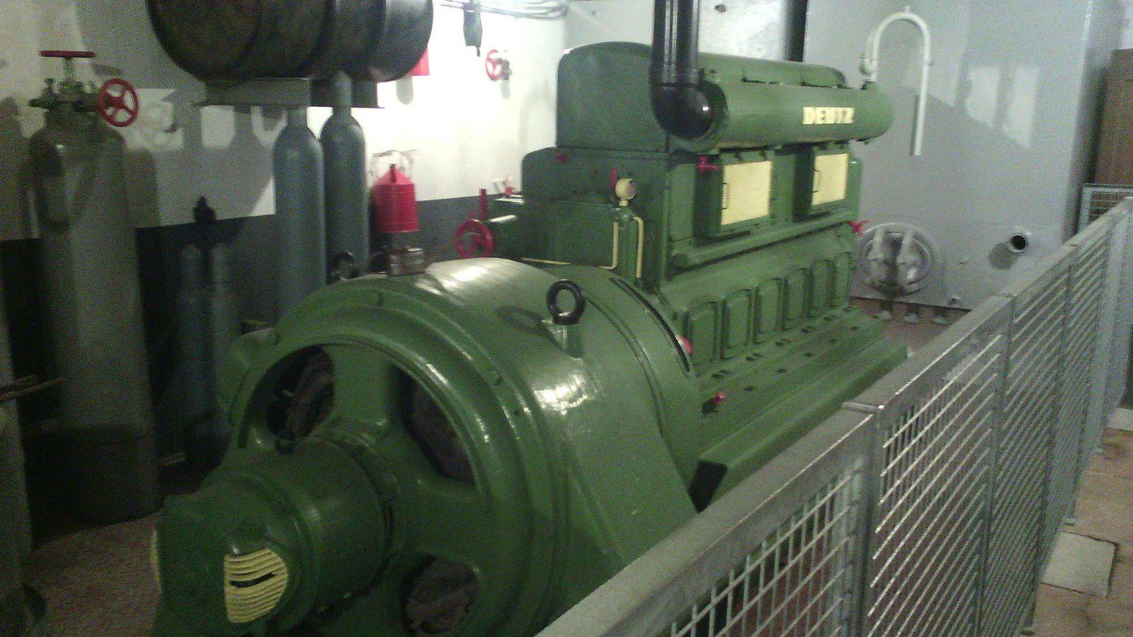 l intérieur du musée....une génératrice  Deutz de 36 KWH...elle était alimentée en gas oil...deux cuves de 6750 litres se trouvaient dans une salle voisine..cette machine fournissait le courant a l ensemble de la batterie..