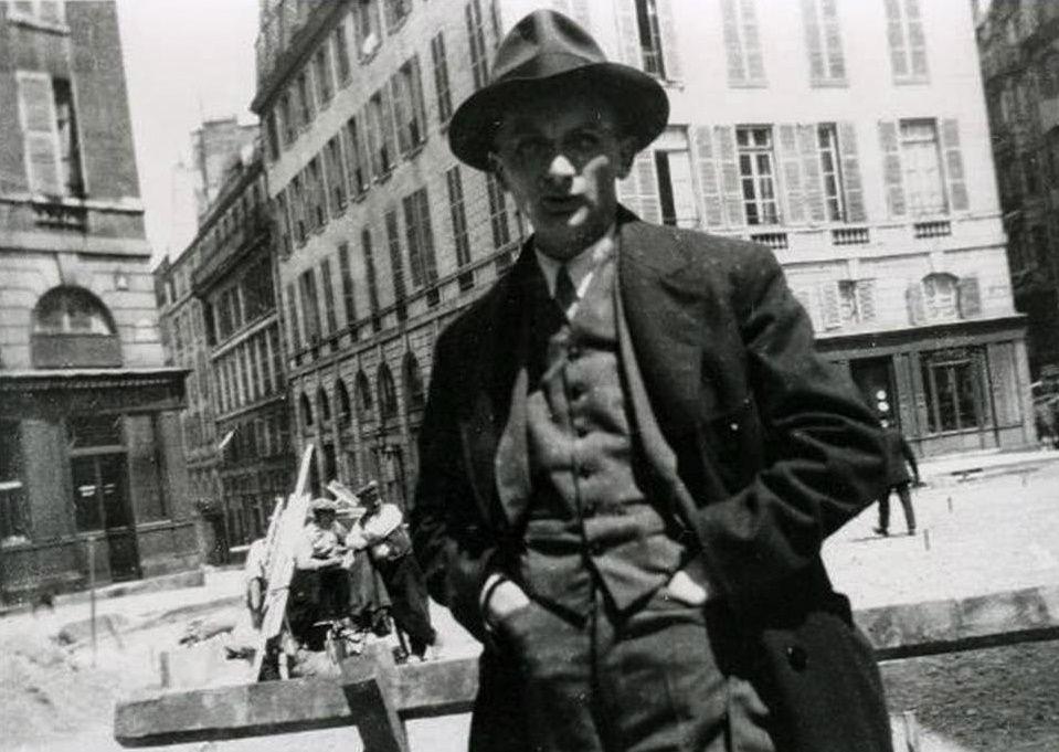 Joseph Roth dans les années vingt, place de l'Odéon, Paris.