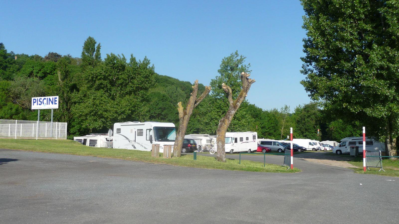 Un camping est improvisé sur une aire de pique-nique, à côté de la piscine.