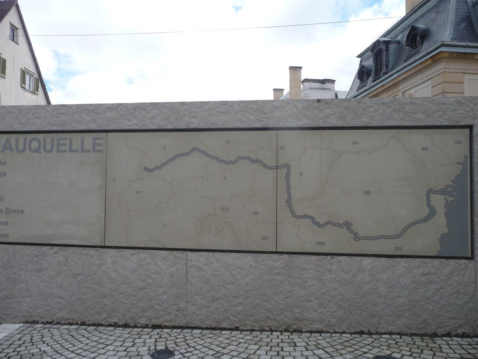 Le cours du Danube gravé dans le marbre.
