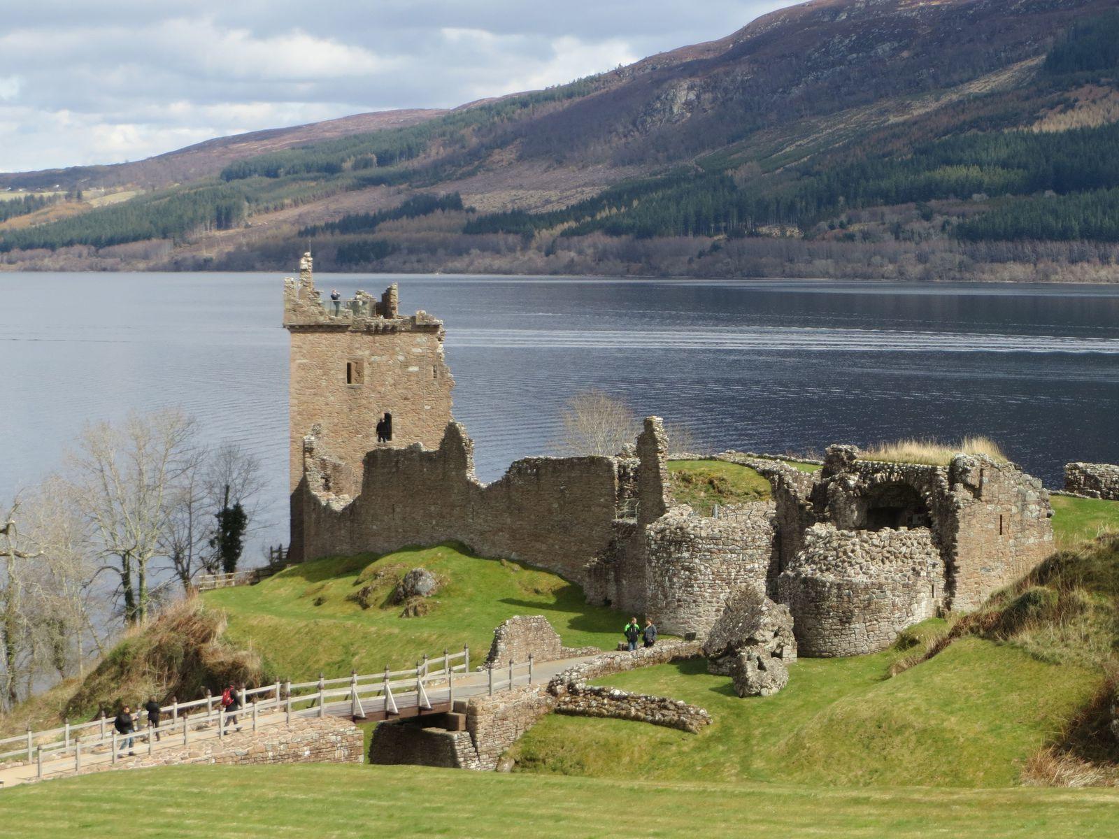 J'imaginais le château de Sir Anthony au bord du Loch Ness, Comme Urquhart Castle, ici.