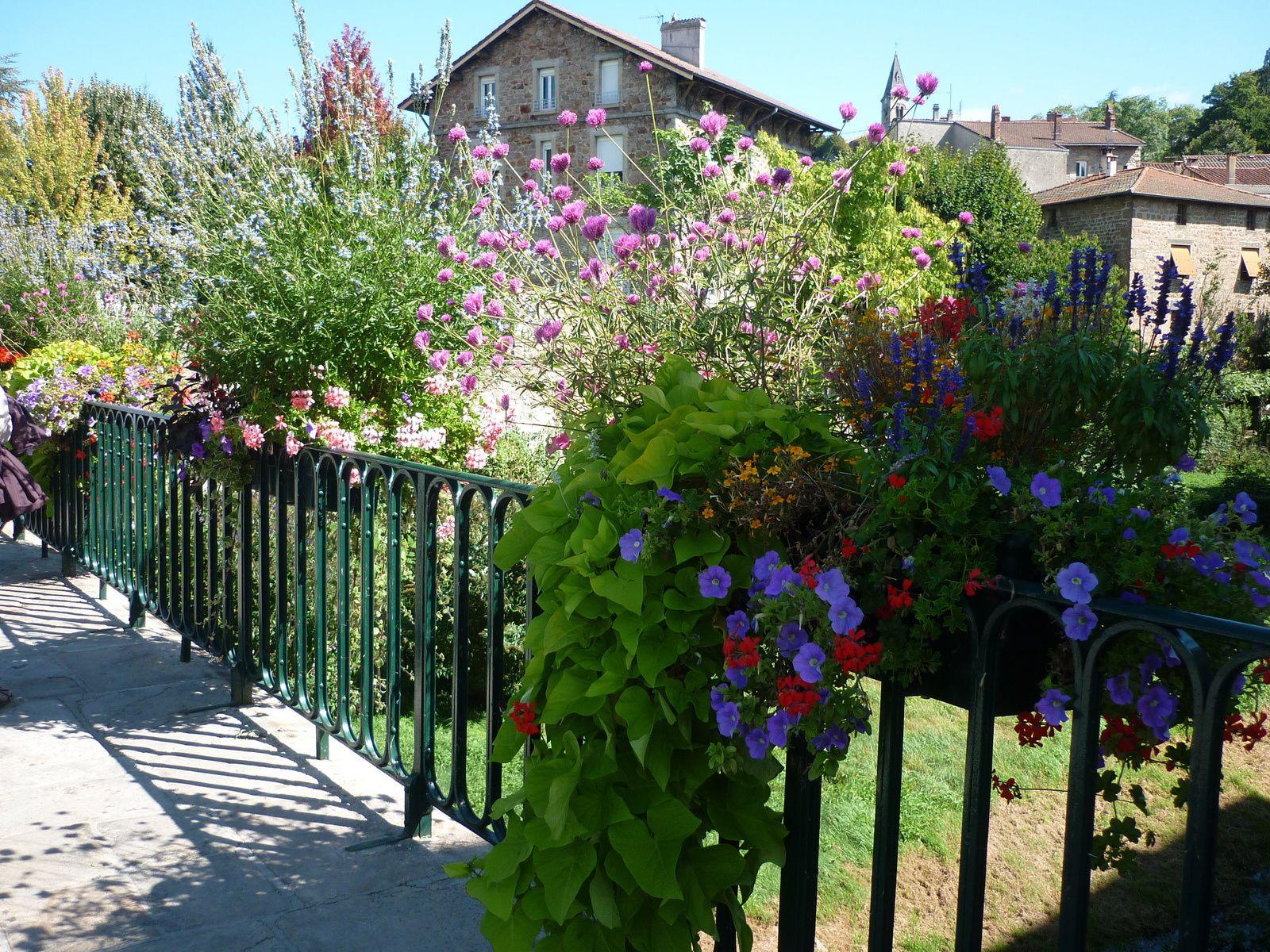 Commune de Lamastre où nous avons déjeuné et lors d'une promenade digestive, nous avons pu admirer les décos florales