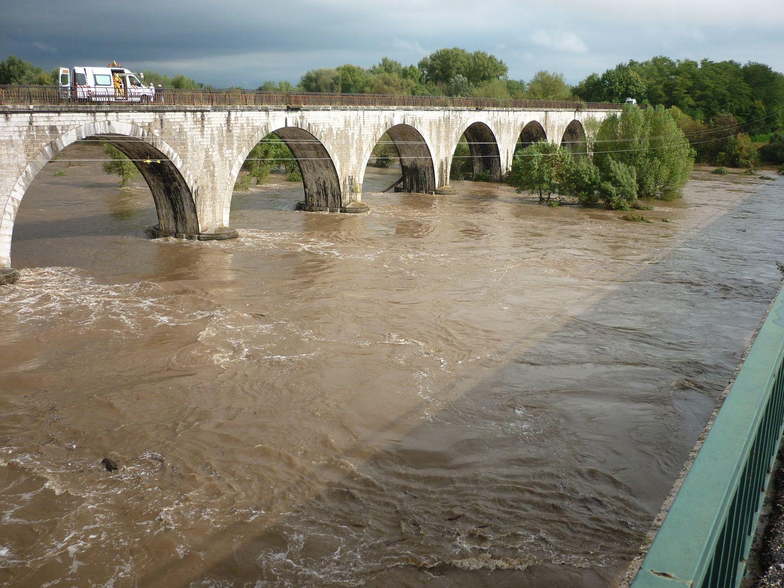 ici l'ancien pont du chemin de fer où justement des spécialistes calculaient la hauteur de la crue (environ 6m) car normalement, les 2e,3e et 4e pieds en partant de la gauche sont dans l'eau, le reste n'est que cailloux, arbres et herbes