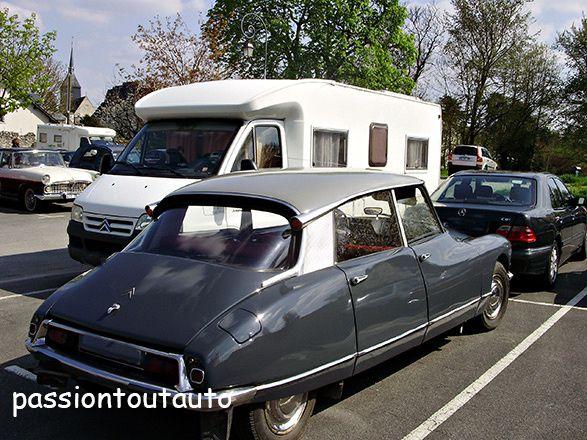 Citroën DS à côté de JJ