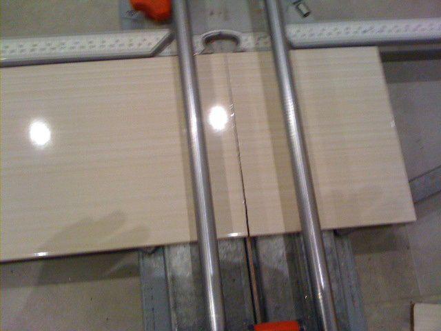 Poser la fa ence de la salle de bain autoconstruction for Angle saillant carrelage