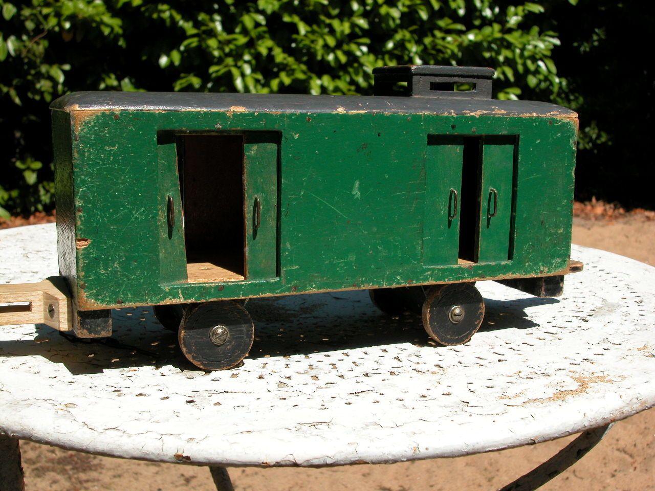 Le train en bois fabriqué par mon grand père, pour ses petits enfants.