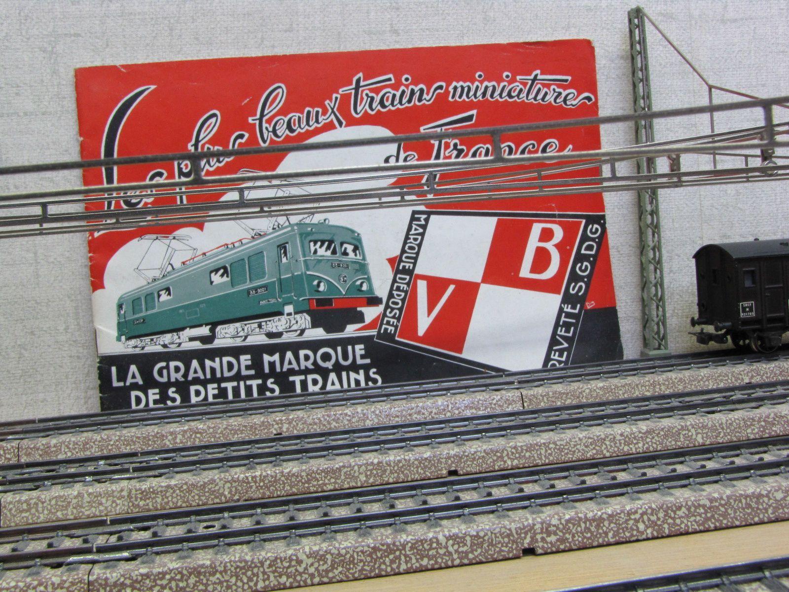 Panneaux publicitaires à l'entrée de la gare, dans les années 50.