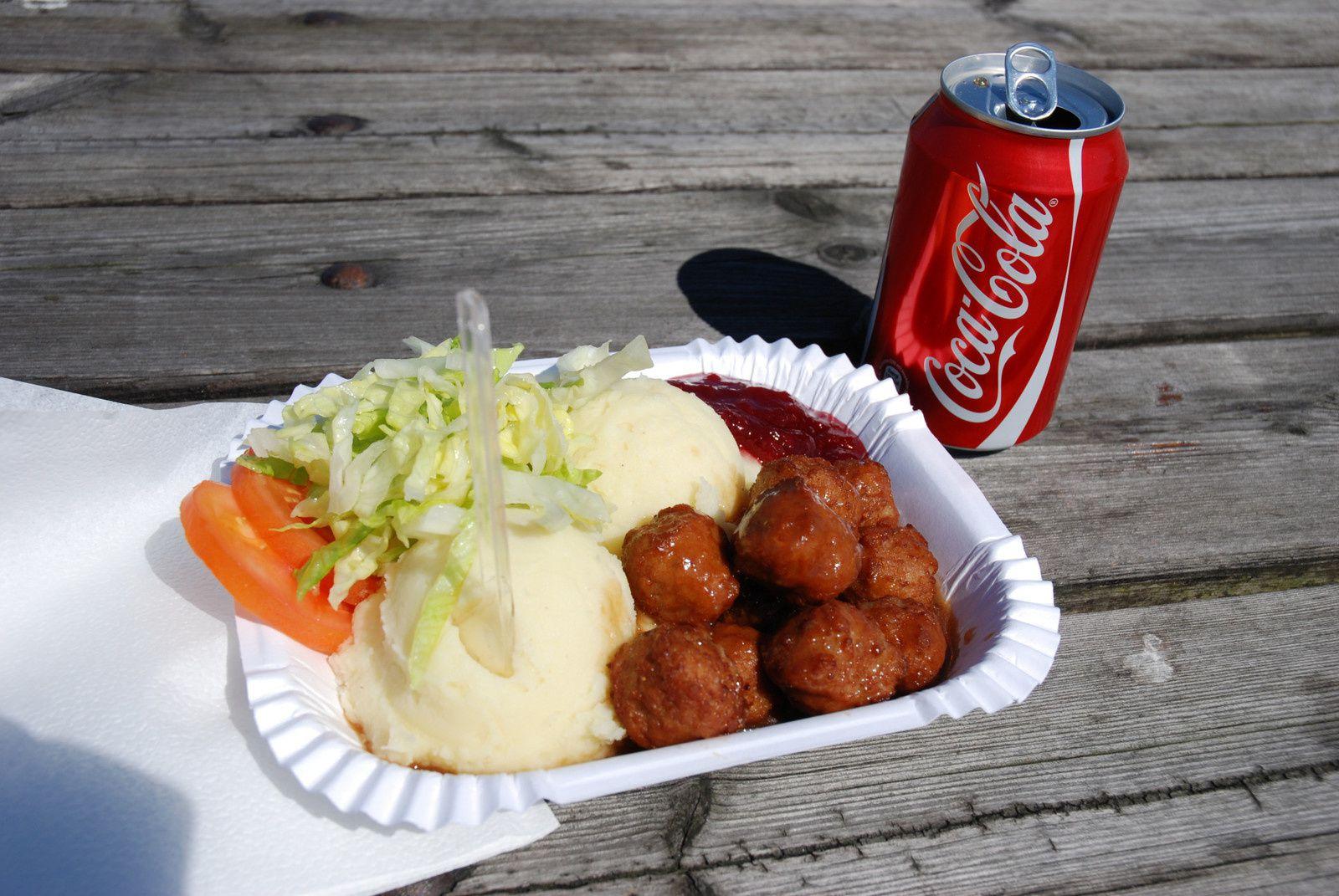 Je profite du changement d'île pour prendre mon repas de midi : boulettes de viande avec purée.