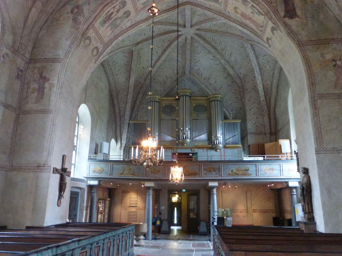 Vue sur l'ouest de l'église avec ses grandes orgues.