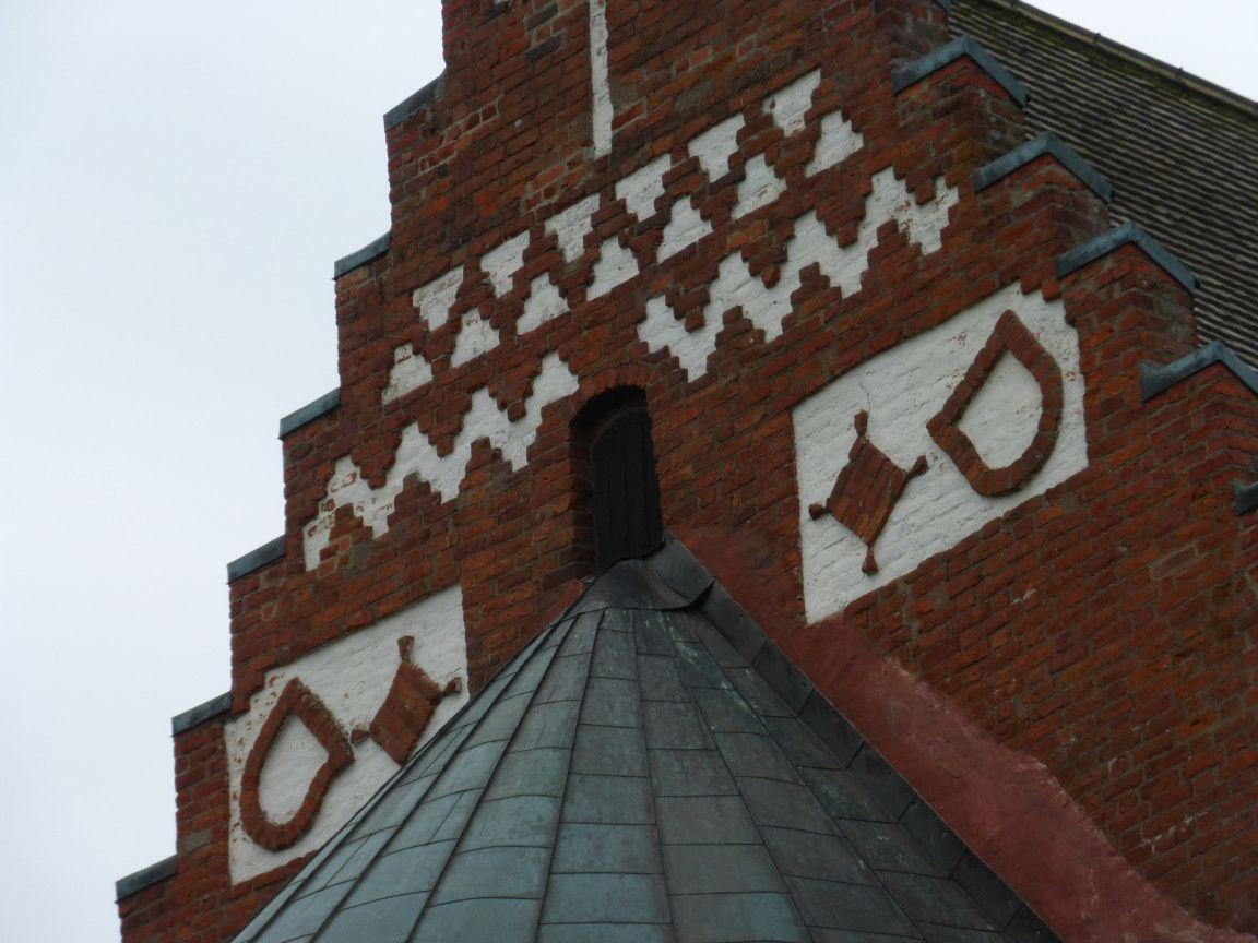 Le fronton juste au dessus de l'abside, côté est par conséquent.
