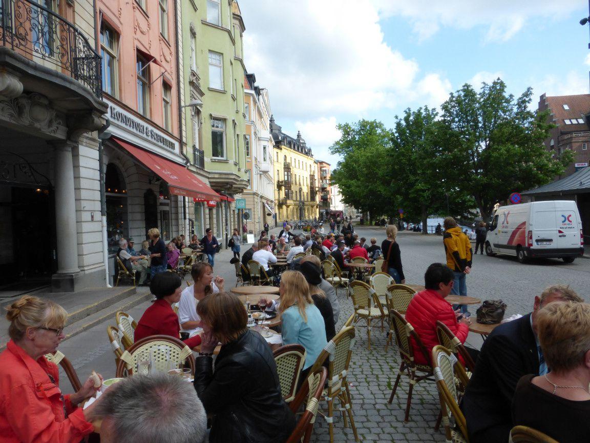 Il fait bon prendre un chocolat à la terrasse de ce café après une promenade en ville et une visite de musée.