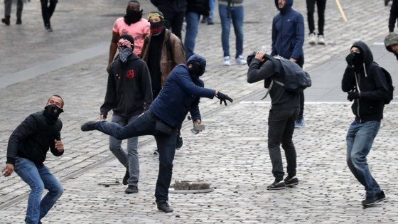 Parigi, tre blitz al comizio del Fn, aggredito deputato. Le Pen: