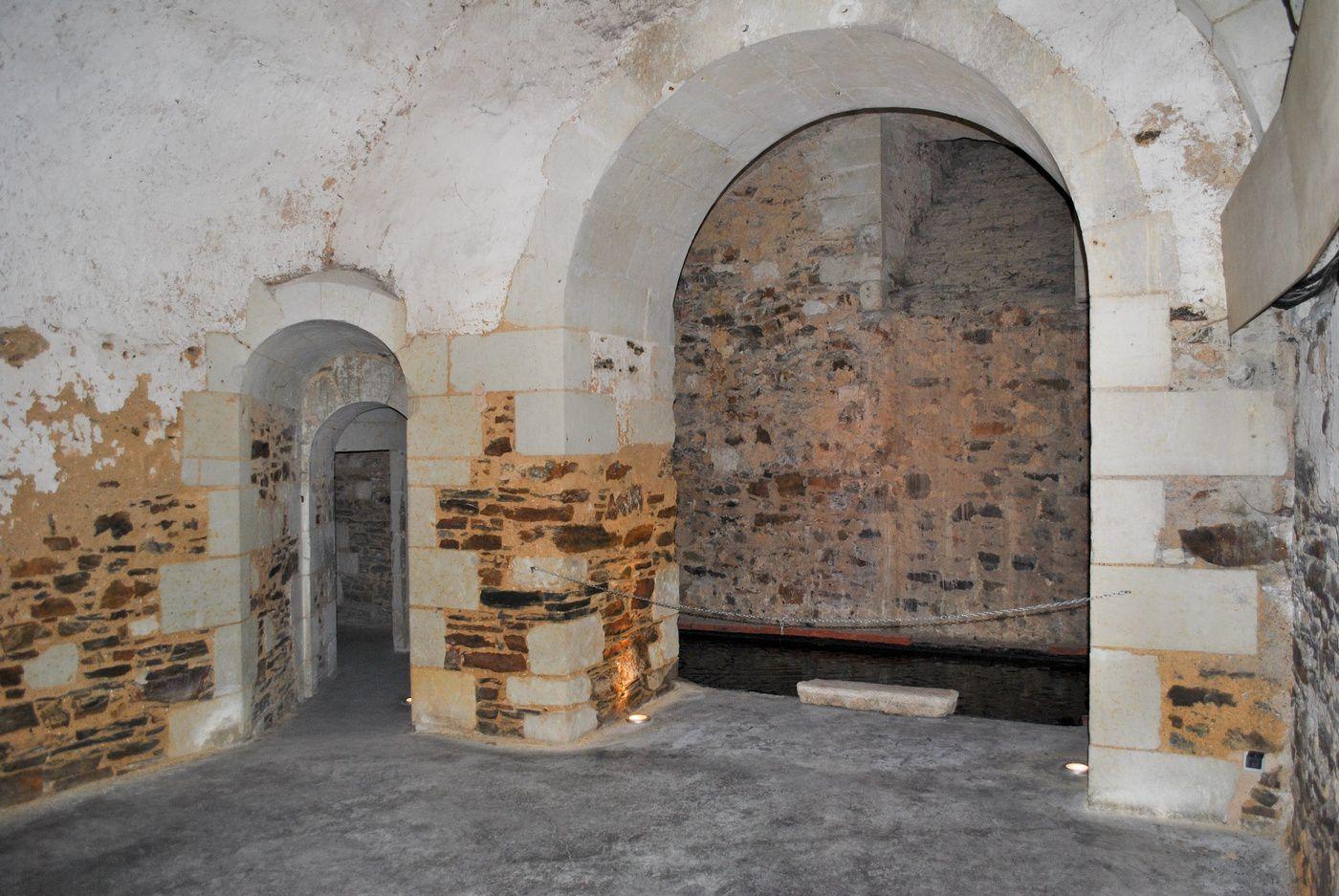 Château de Brissac: Cachots à  gauche et un bassin d'eau à droite. (Photo prise le 19.10.2013)