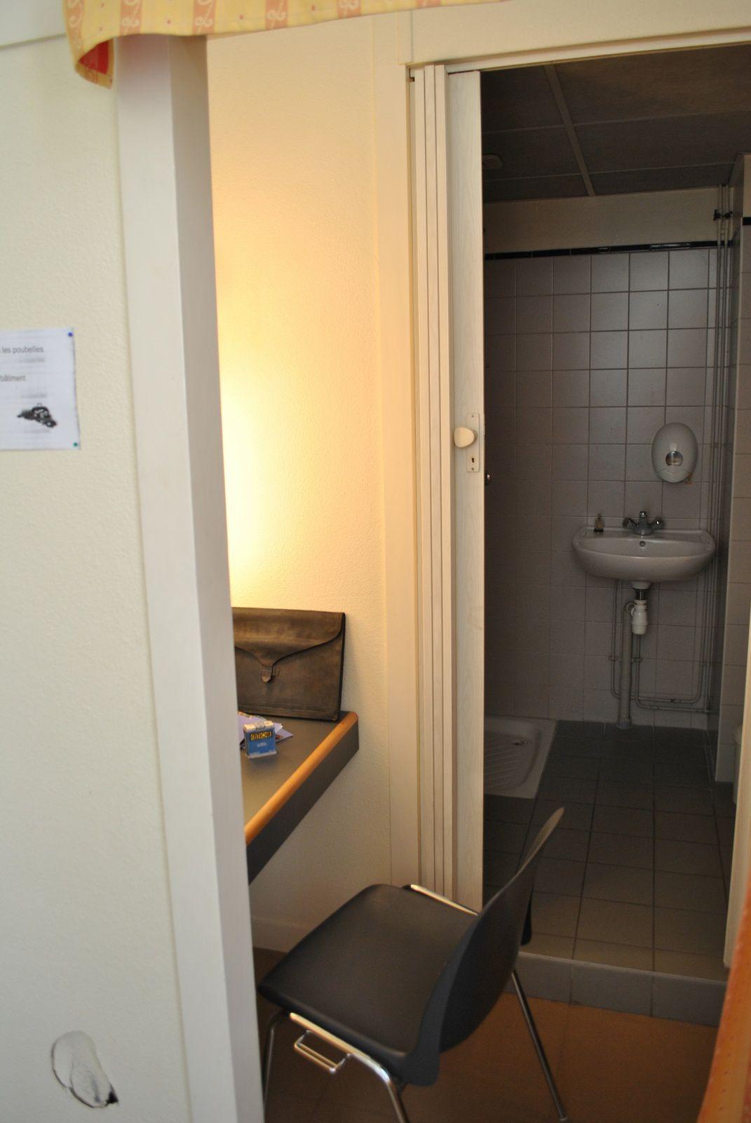Grand théâtre d'Angers, loge individuellle avec toilette lavabo et douche: (photo prise le 21.09.2014)