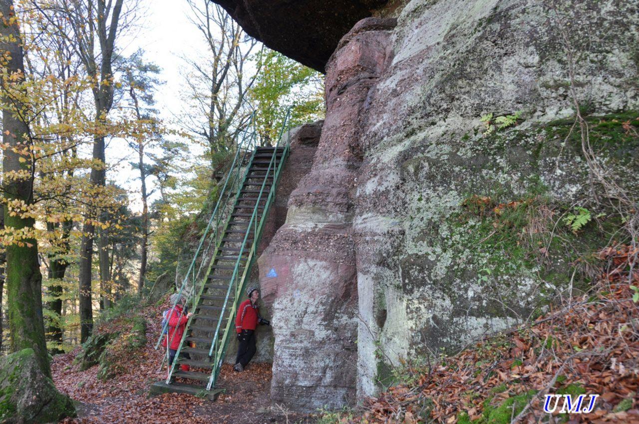 Au pied de l'escalier du rocher du pt moulin
