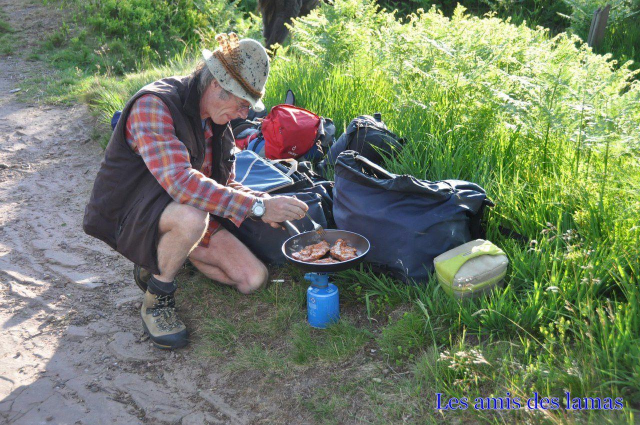 Préparation de notre souper du soir au sommet du Donon (plat du chef côtelette marinée au vin blanc)