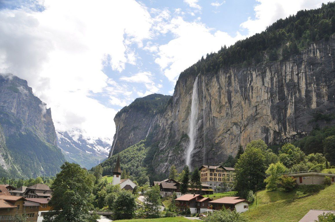 La belle vallée de Lauterbrunnen et la montée à la Kleine Scheidegg avec en arrière plan la Jungfrau