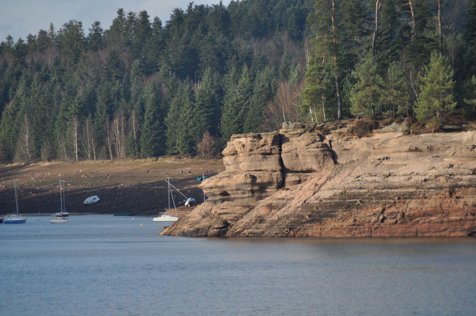 Vue sur les Bordes. Lorsque le lac est à son niveau normal, l'eau arrive au ras des rochers.