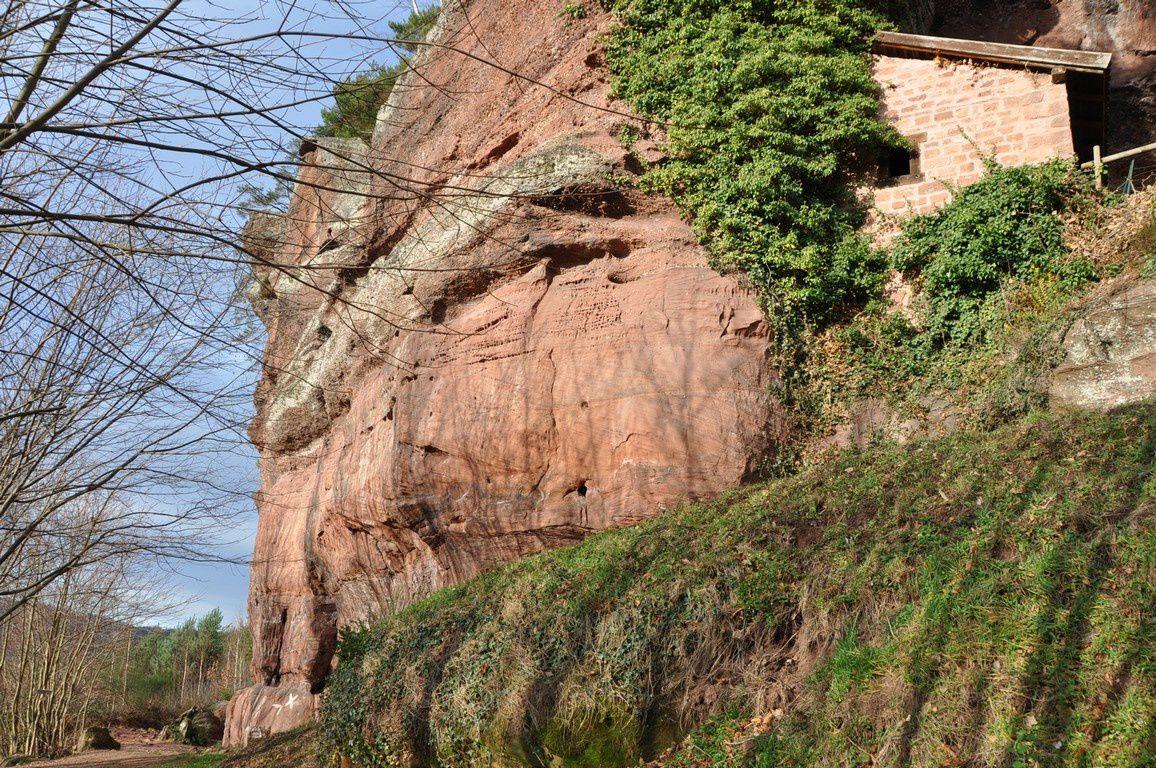 Maison troglodytique construite à flanc du rocher