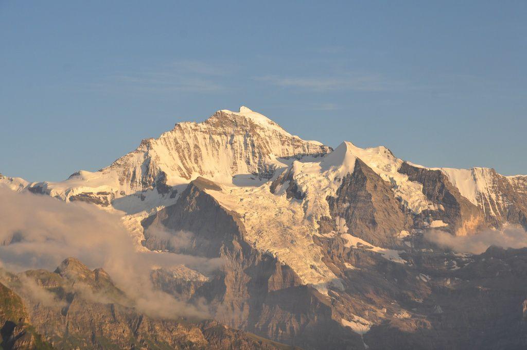 La nuit arrive, derniers instants de lumière sur la Jungfrau .