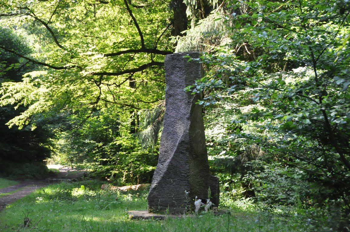 """La Grotte du loup et la sculpture """" Menhir"""" de L. Rocour"""