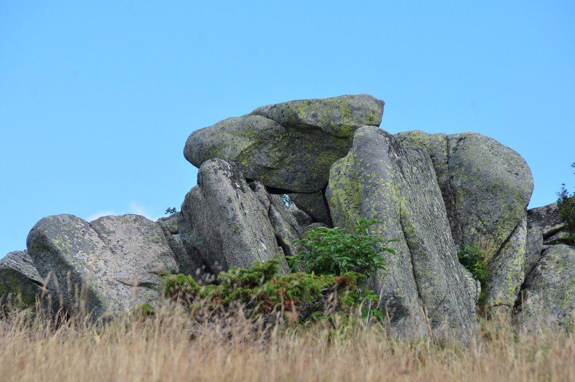 Sur le chemin, des pierres dressées en forme de tumulus ...............