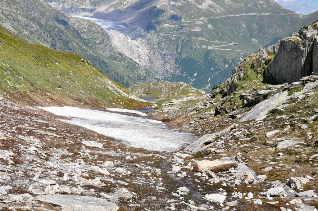 Au loin le glacier du Rhône
