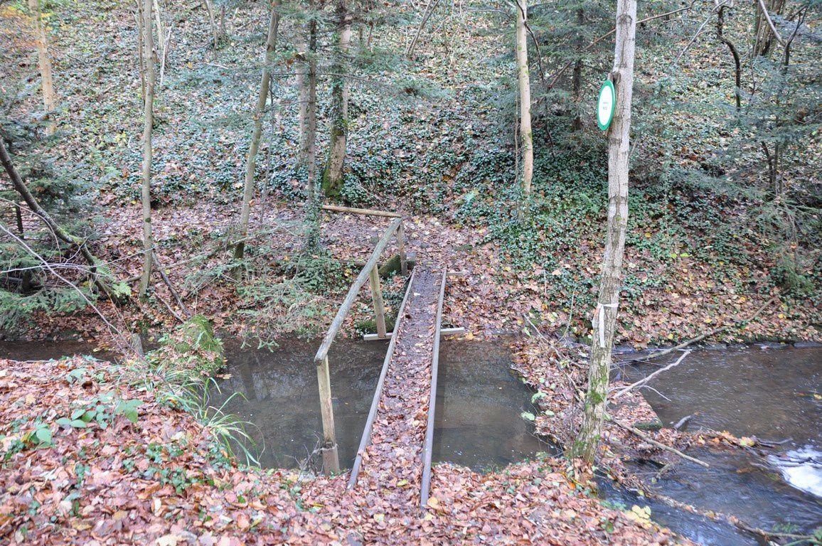 Un premier souterrain sous la ligne de chemin de fer et un tout petit pont ....