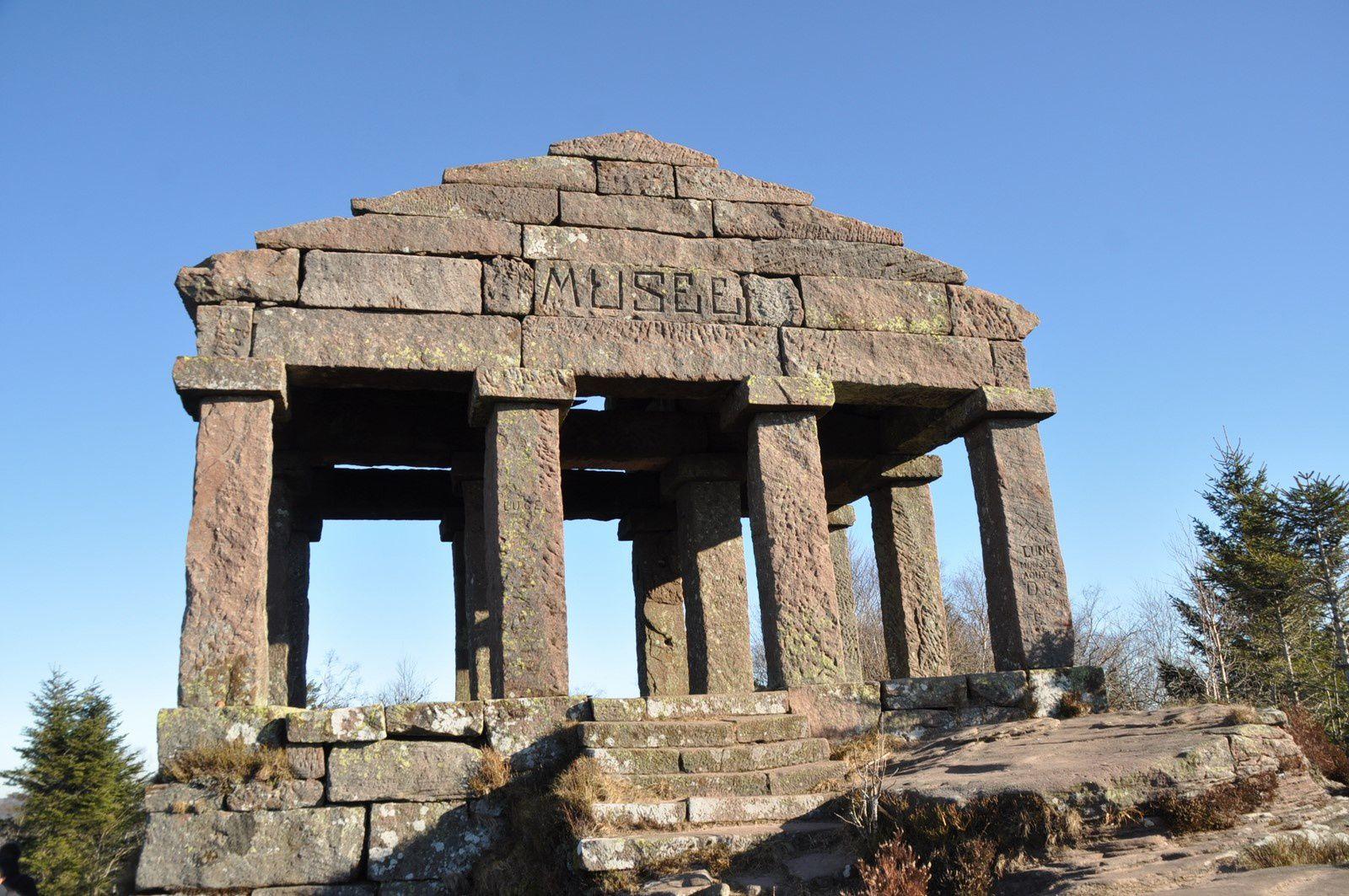Le temple gréco- romain et ses piliers monolithes