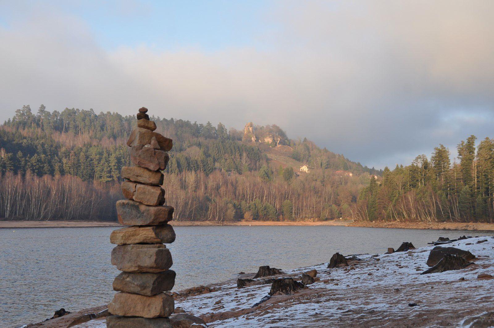 Un cairn éphémère et le château de Pierre Percée