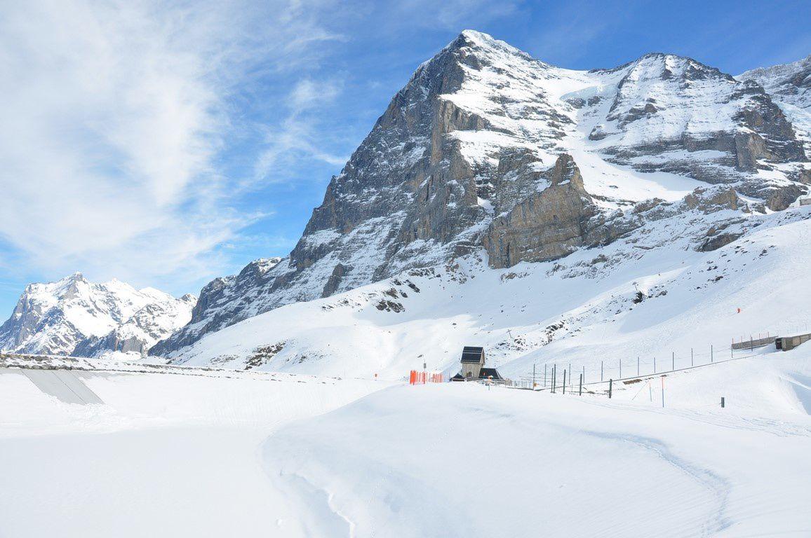 Au pied de l'Eiger , le petit lac artificiel bien vide cette année ! vu le manque de neige et la nécessité de faire de la neige artificielle à plus de 2000 m d'altitude !
