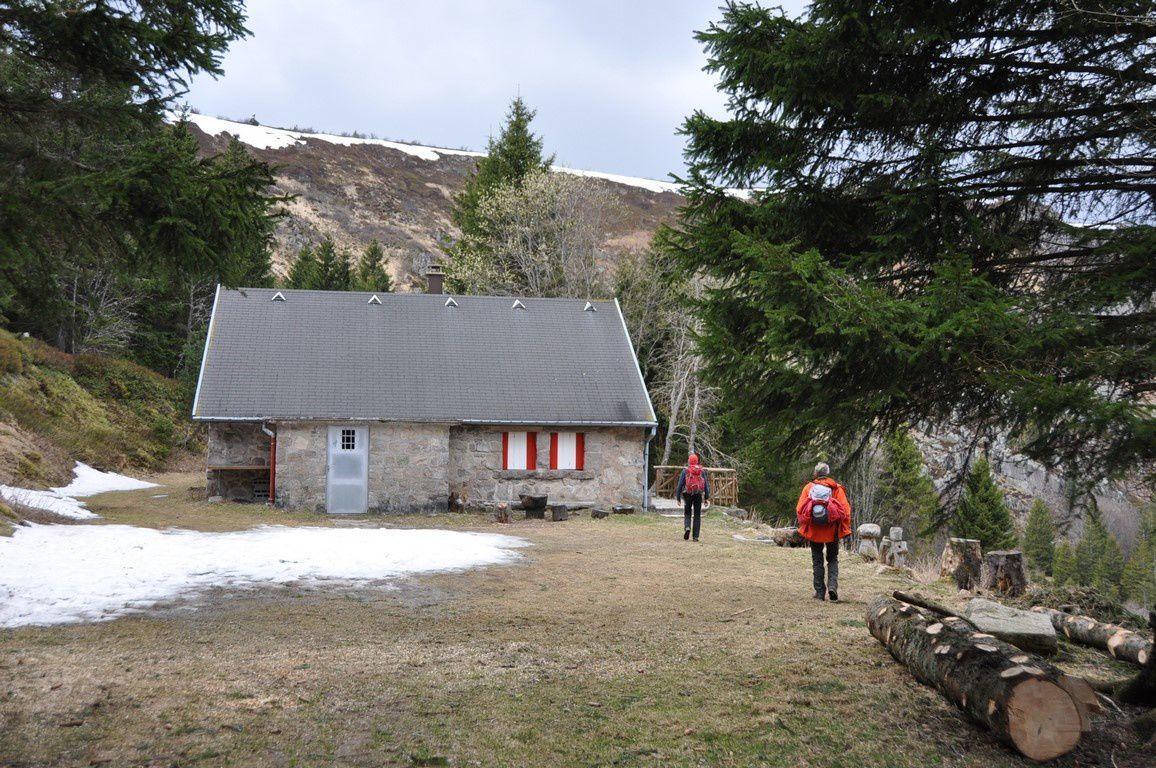 L'ancienne grange de l'Altenwasen avec ses plaques résiduelles de neige .