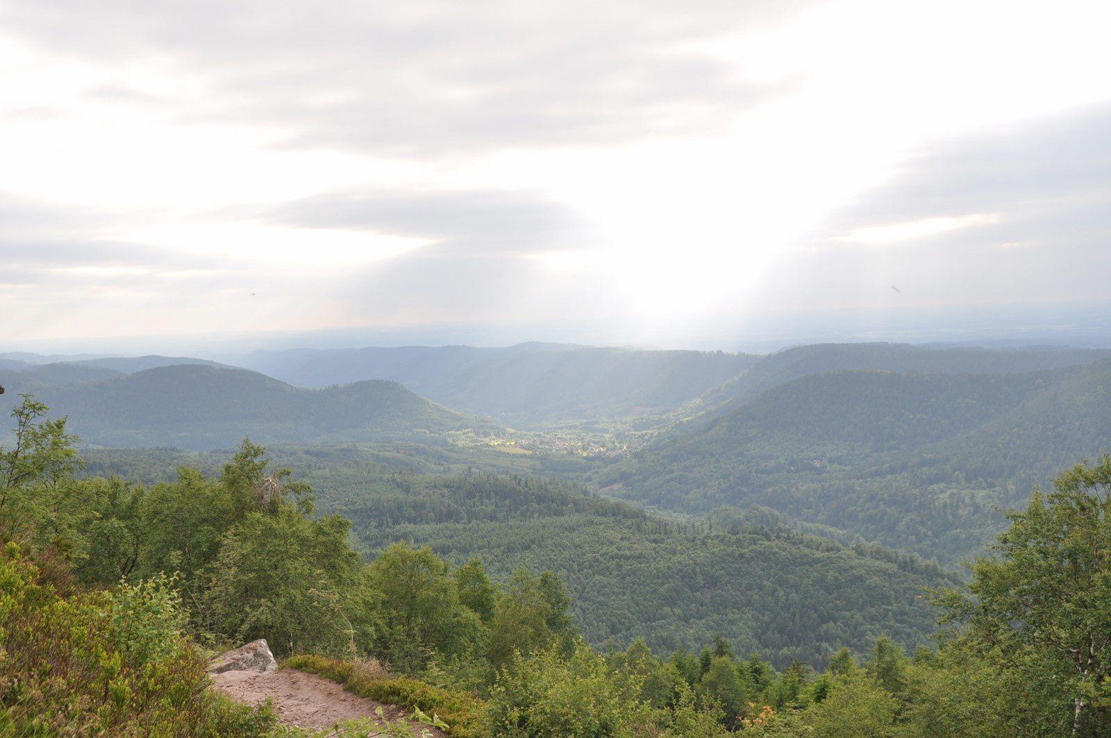 Nous arrivons au sommet du Donon ....mais hélas , le vent et le ciel gris sont bien présents !