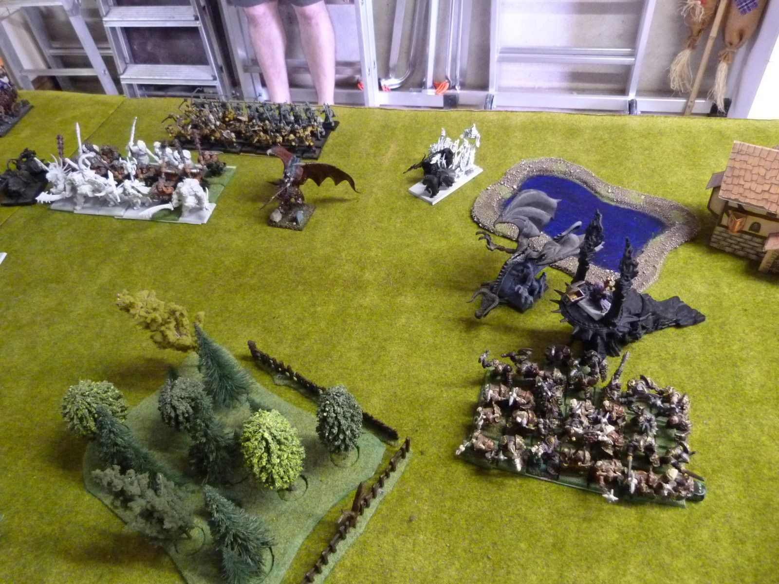 ... 18 ogres de Nurgle avec arme lourde (gloups !!), 40 maraudeurs de Slaanesh avec fléaux, une manticore, un deuxième autel de guerre du chaos, un dragon noir, 30 élus (qui ont gagné une résistance à la magie de 3) de Nurgle et un sorcier niveau 2 du feu. Ouf !