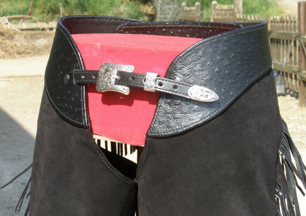 Montée avec une boucle trois points, ceinture en autruche, très sobre...