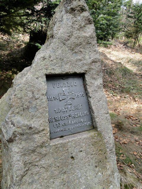 Au Belfays nous avons pris le balisage cercle rouge et passons devant une stèle allemande de la grande guerre.