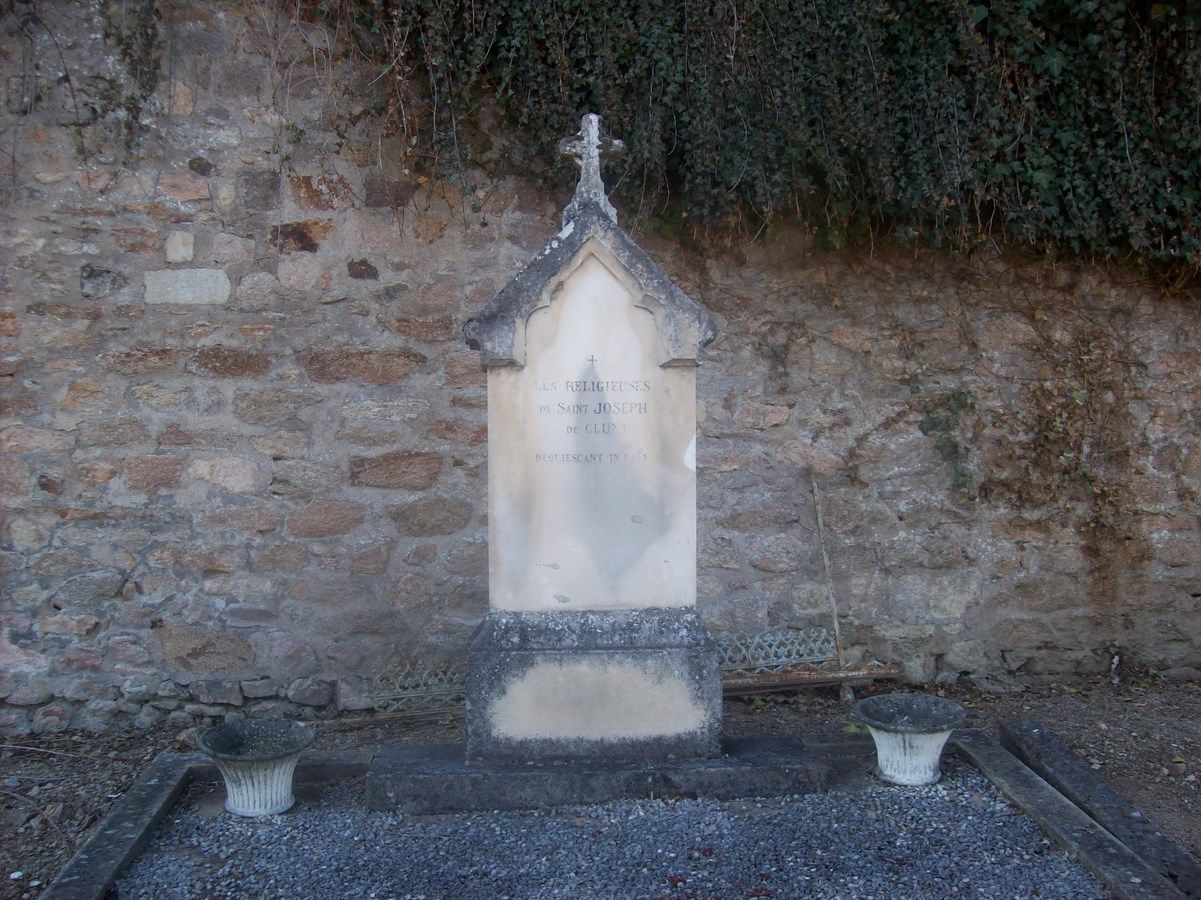 Série de vieilles pierres tombales du cimetière d'Autun - Rue de la Maladière - 71400 Autun.