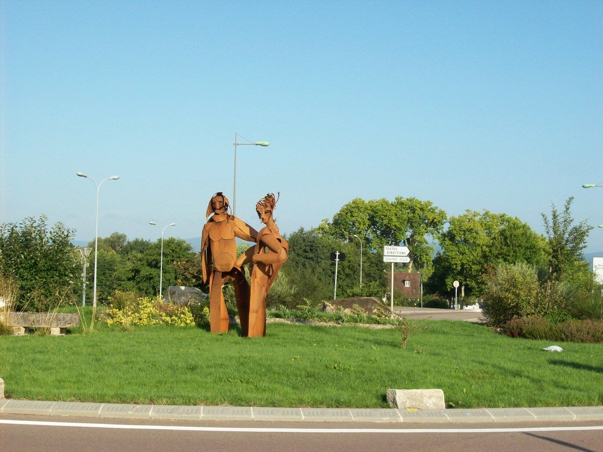 Rond-Point François Mitterrand - 71400 Autun. Sculptures de Peter Meyers, d'Harutyun Yekmalyan, et pour l'année 2013 sculpture de Alain Vuillemet.