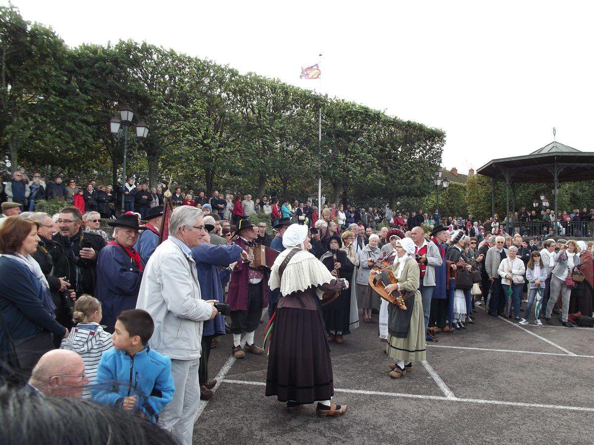 """Défilé un dimanche matin de septembre dans les rues d'Autun avec un public nombreux pour accompagner le Bagad de Lann-Bihoué. """"Les Morvandiaux d'Autun"""",""""Les Trompes de la Goulenne"""" et """"la musique du LMA"""" étaient aussi de la fête."""