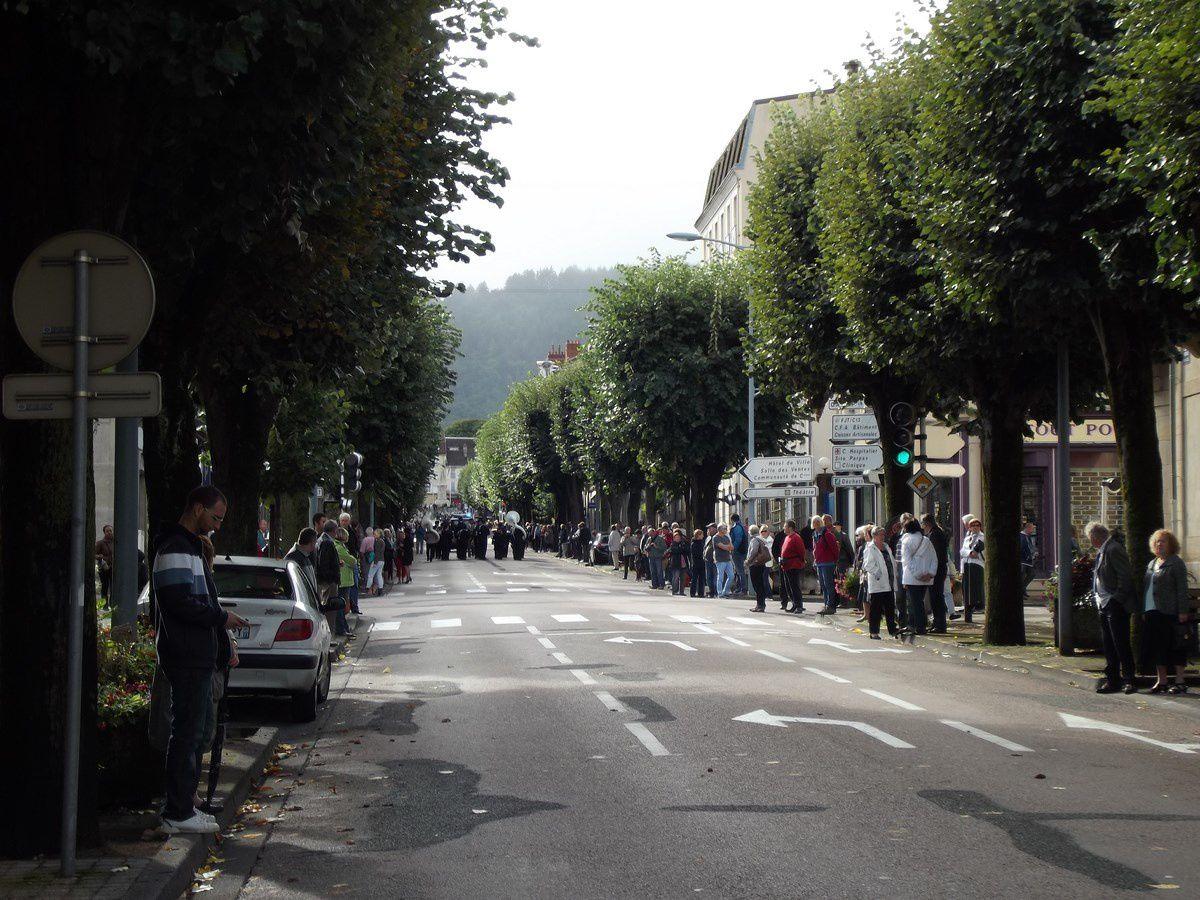 """Défilé dimanche matin dans les rues d'Autun avec un public nombreux pour accompagner le Bagad de Lann-Bihoué. Le Bagad de Lann-Bihoué défilait avec """"Les morvandiaux d'Autun"""", """"Les Trompes de la Goulenne"""" et """"la musique du LMA""""."""