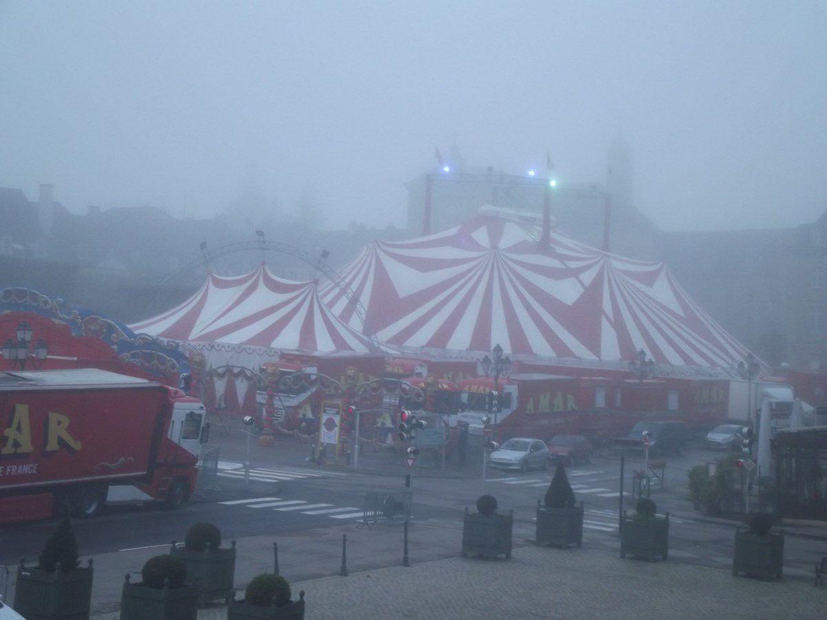 Dimanche 13 octobre 2013 autour de 8h00 du mat. La brume, le cirque AMAR et la place du Champ de Mars.