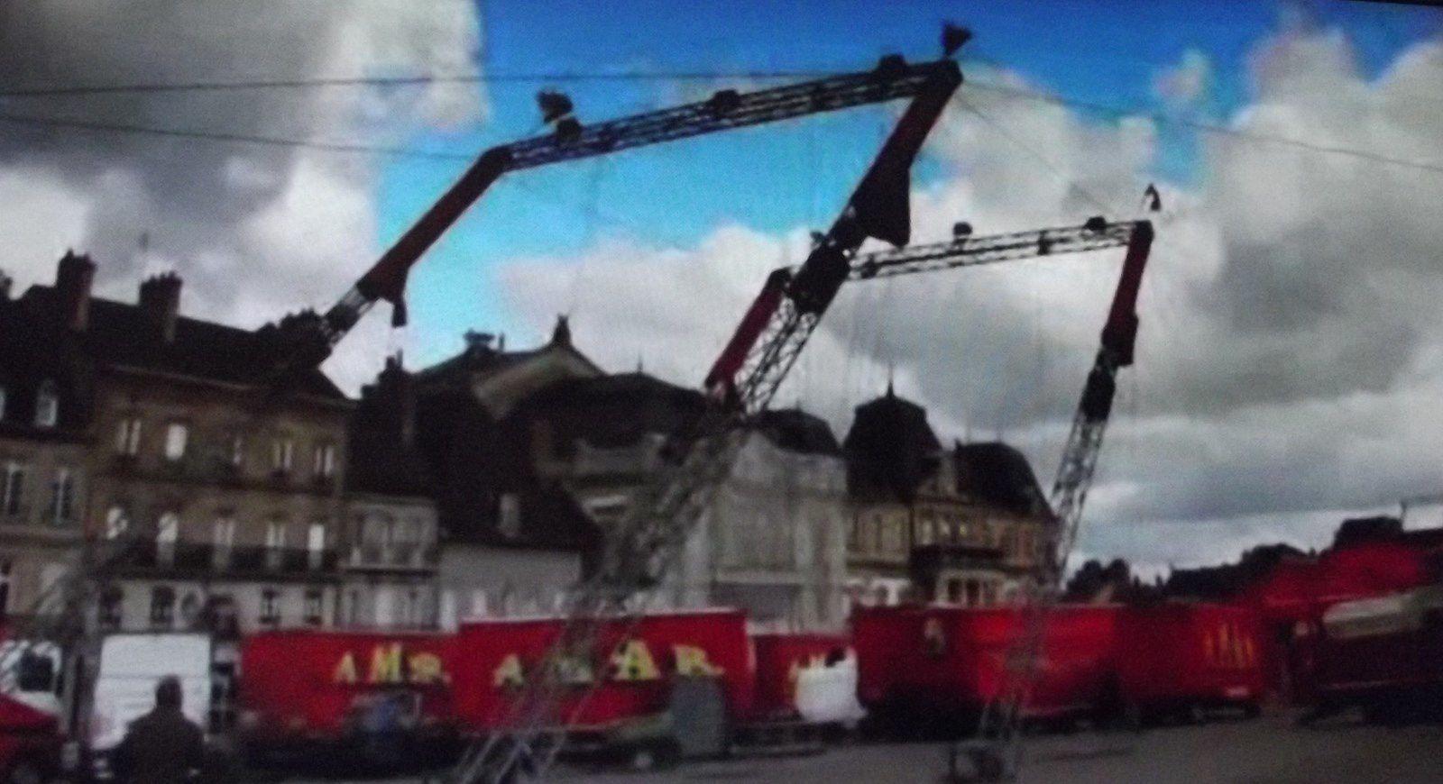 """L'arrivée du Cirque Amar au centre ville, à voir ! ¤¤¤ Photos (les clairs) d'Autun-infos et les photos foncées proviennent d'une vidéo faite par le site """"Gens du Morvan"""", excellent site. ¤¤¤"""