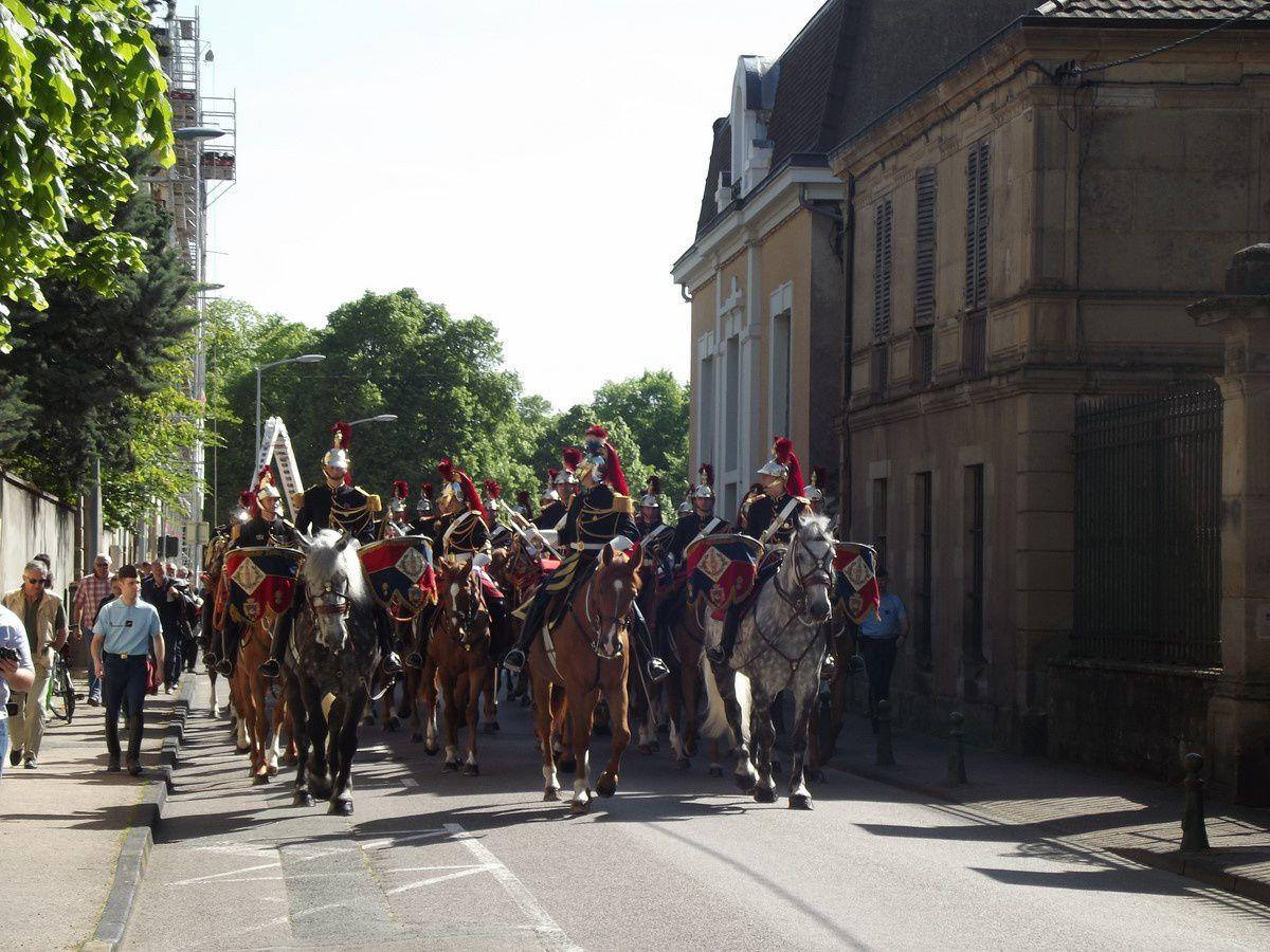 Place de Charmasse et Rue de l'Arquebuse ~ Défilé de la Garde Républicaine ~ 71400 Autun.