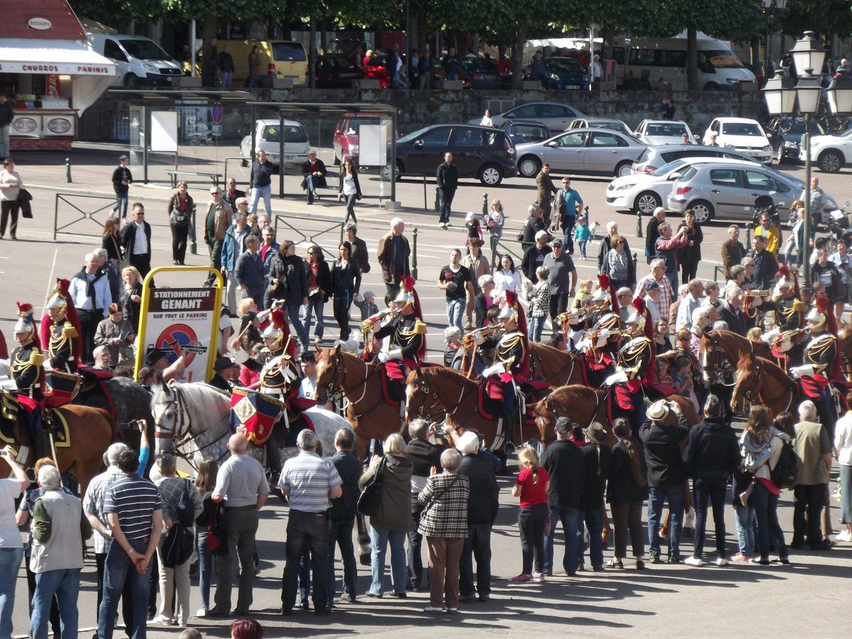 Place du Champ de Mars ~ Défilé de la Garde Républicaine ~ 71400 Autun.