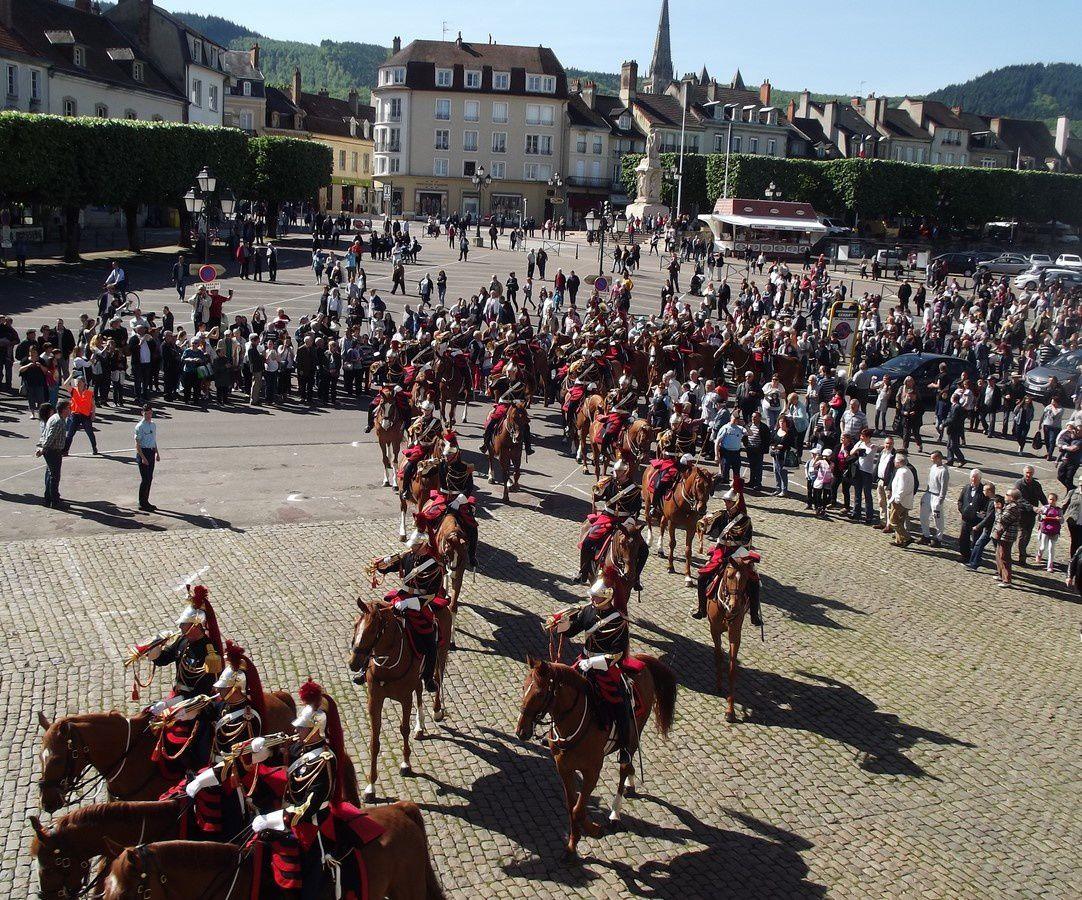 Parvis de l'hôtel de ville ~ Défilé de la Garde Républicaine ~ 71400 Autun.